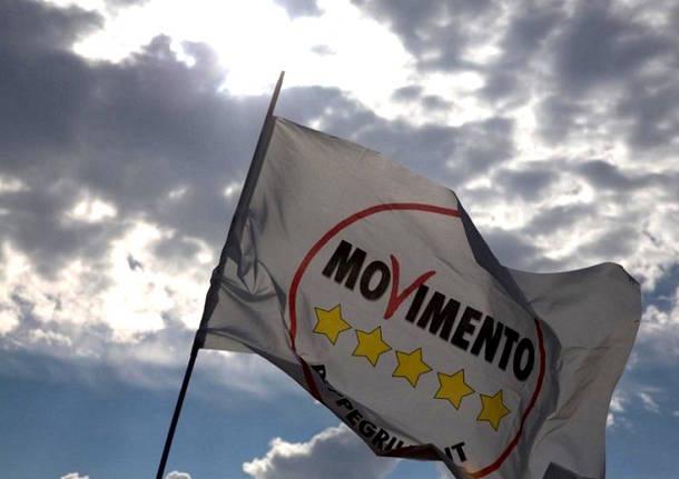 FOTO BANDIERA M5S CIELO FOSCO